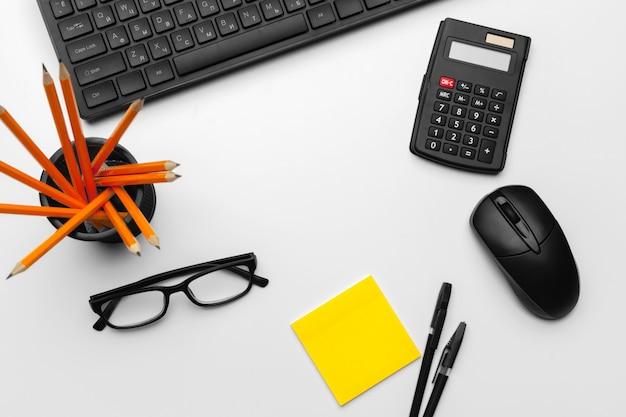 コンピューターのキーボードでオフィスワーカーのトップビュー作業スペース
