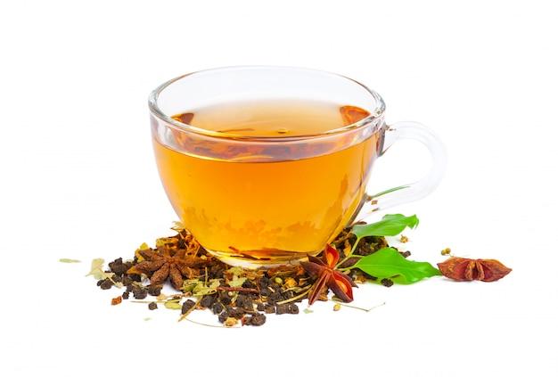 コップ一杯の紅茶。ミントと茶葉。白、分離