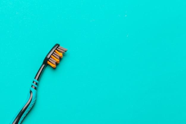 青色の背景に歯ブラシ