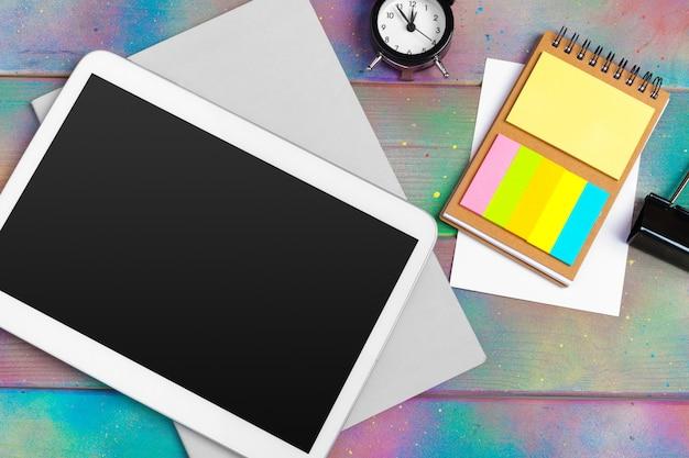 Современная пустая цифровая таблетка с бумагами и ручка на деревянном столе