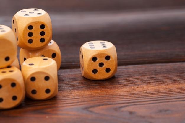 木製テーブルの上のサイコロ。カジノゲーム用。
