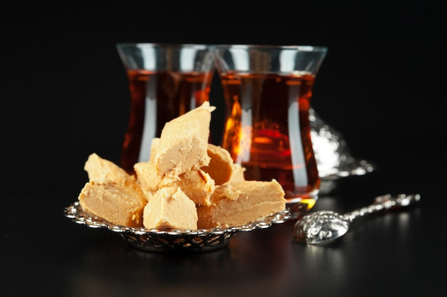 Чаша с кусочками рахат-лукума и черным чаем