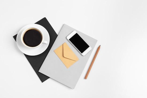 スマートフォン、コーヒーカップ、メモ帳