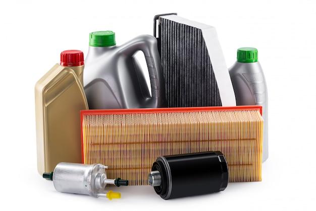 Автомобильные фильтры и моторное масло, изолированные на белом