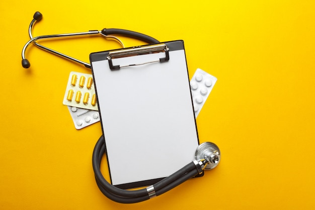 聴診器、クリップボード、錠剤、クローズアップ。医療機器