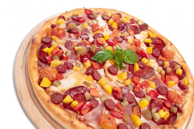 Вкусная пицца на белом