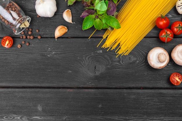 Вид сверху сырой итальянской пасты с ингредиентами