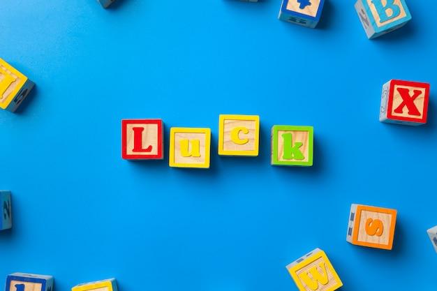 青色の背景に木製のカラフルなアルファベットブロック