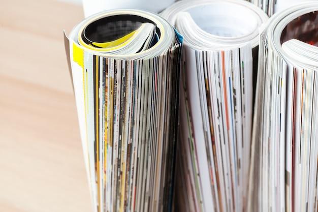 巻かれたページを持つ光沢のある雑誌