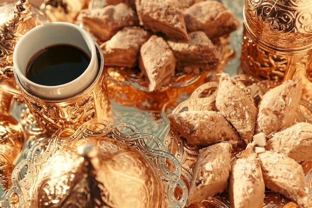 木製のテーブルの上のコーヒーとトルコのお菓子