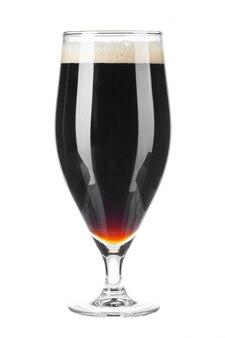 Один стакан пива крупным планом на белом