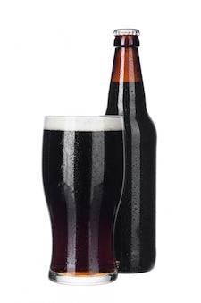 Стекло пива близкое свежее изолированное бутылкой вверх по белизне