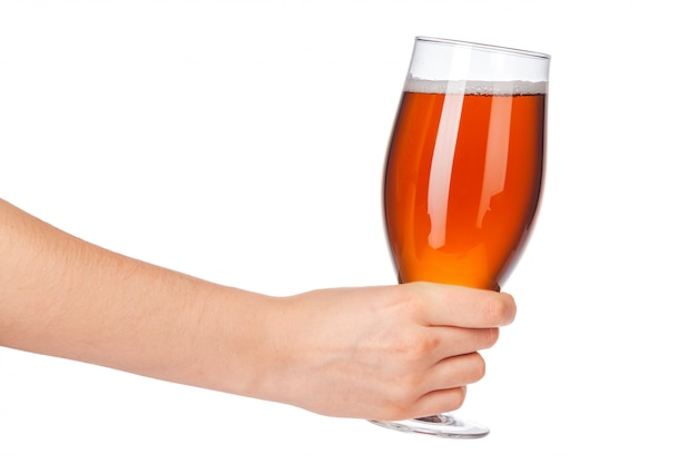 Рука с полным бокалом пива, изолированная на белом