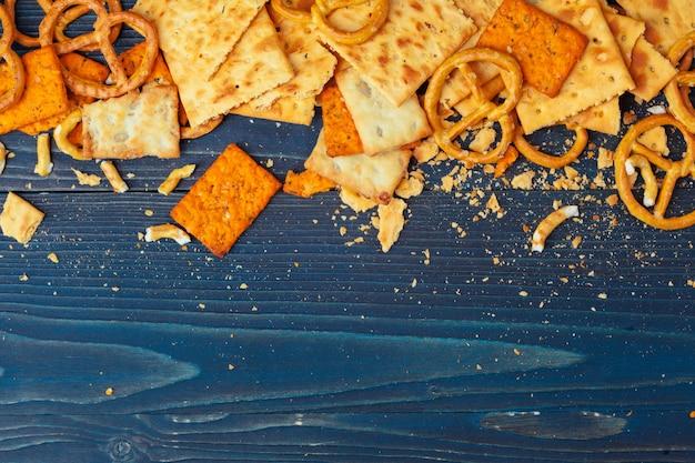 青い木製の散乱ビールスナックの品揃え