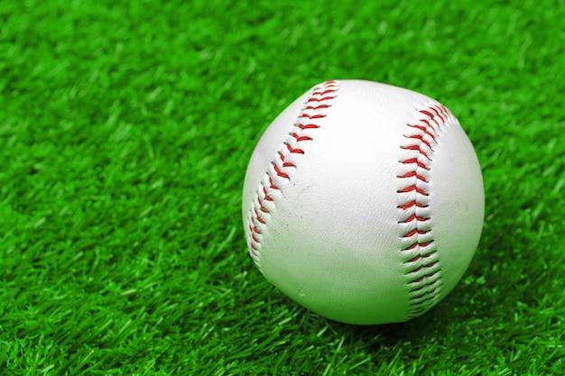 澄んだ緑の芝生で野球