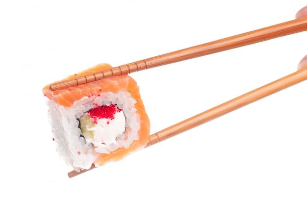 白で隔離される伝統的な新鮮な日本の寿司ロール