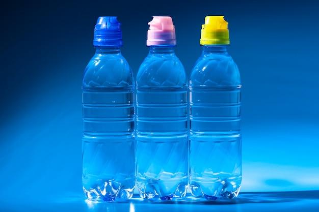 ダークブルーの水のボトルをクローズアップ