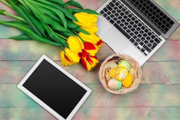 イースターエッグ、ラップトップ、チューリップの花束