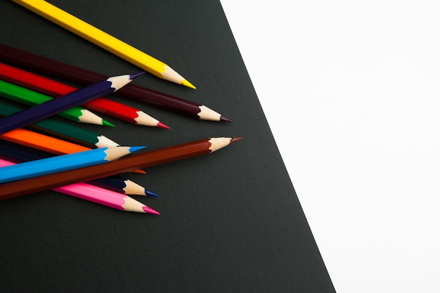 Разница между черным и белым цветными карандашами