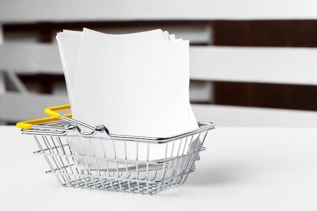 空白のバッジ紙でショッピングカートまたはトロリーの選択的な焦点