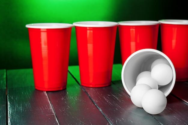 テーブルの上のビールポンのカップ
