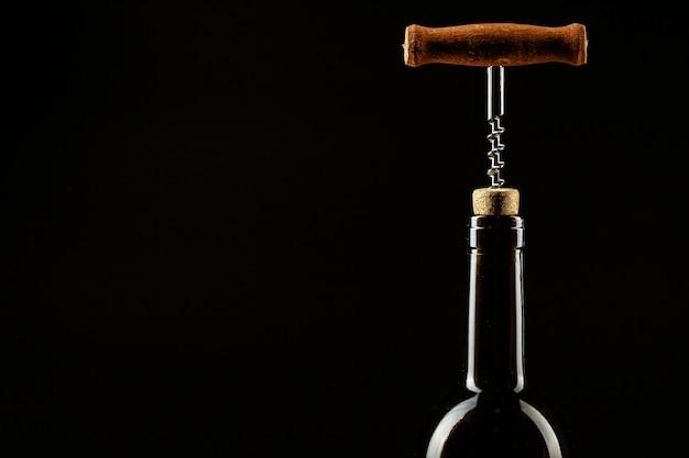 ワインのボトルのコルクにねじ込まれたコルク抜き