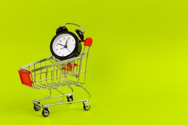 目覚まし時計付きの小さなショッピングカート