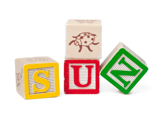 Красочный алфавит блоков. слово солнце на белом
