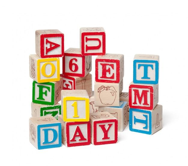 Красочный алфавит блоков. слово день изолирован на белом
