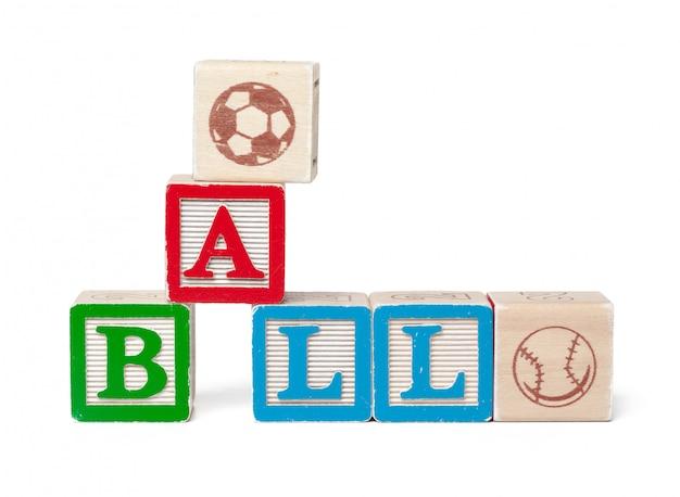 Красочный алфавит блоков. слово мяч, изолированные на белом