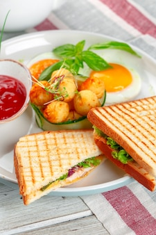 Клубный сэндвич панини с ветчиной, помидорами, сыром и базиликом с сырными шариками