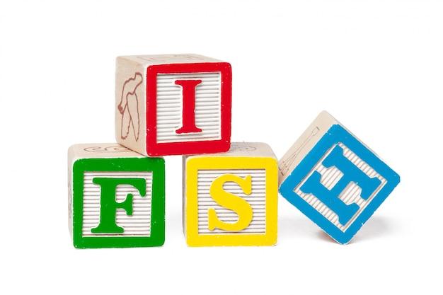 Красочный алфавит блоков. слово рыба на белом