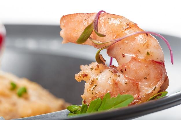 Филе рыбы с соусом, запеченное и украшенное