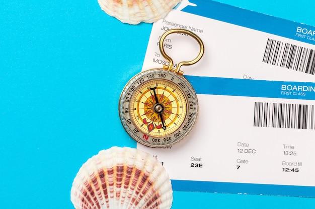 旅行の時間。チケットとコンパスを備えた観光のアイデア。