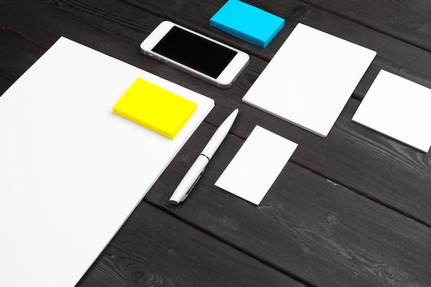 木製の紙、名刺、小冊子、シートなどに設定された空白のひな形
