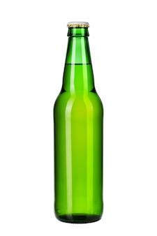 白い背景で隔離の軽いビールの瓶をクローズアップ