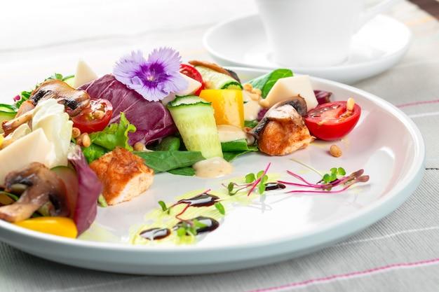 野菜と鶏の胸肉とキノコのサラダ