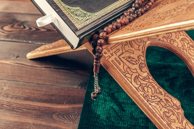 木製のテーブルにイスラムの神聖な本