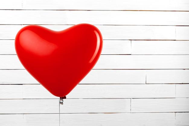 Красный сердечный воздушный шар