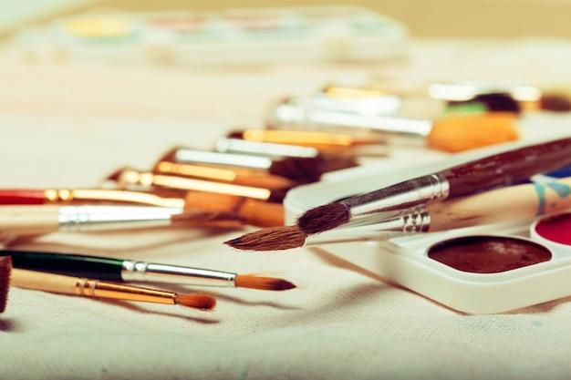 水彩絵の具でアートペイントブラシのセットをクローズアップ