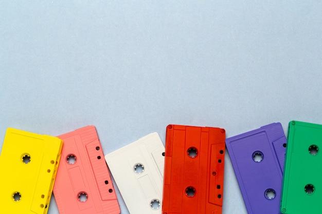 Яркие ретро кассеты на светло-сером