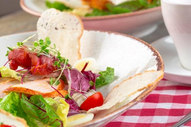 Свежий салат с куриной грудкой, рукколой и помидорами. вид сверху