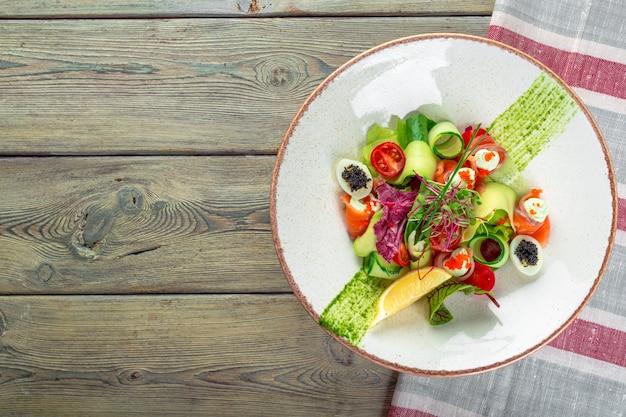 スモークサーモン、ミックスベビーグリーンの美味しいスモークサーモンガーデンサラダ