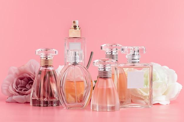 ピンクの布にバラの香水瓶