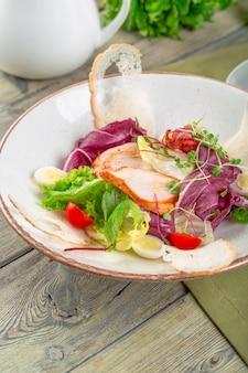 鶏の胸肉、ルッコラ、トマトのサラダ。上面図