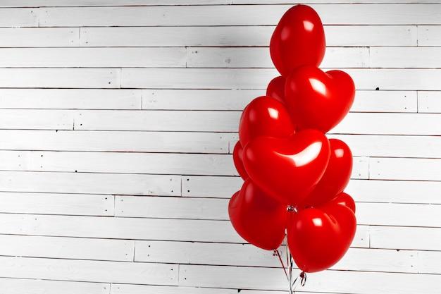 赤いハート型風船の束