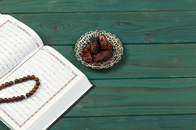 Открытый священный коран с бисером тасбих
