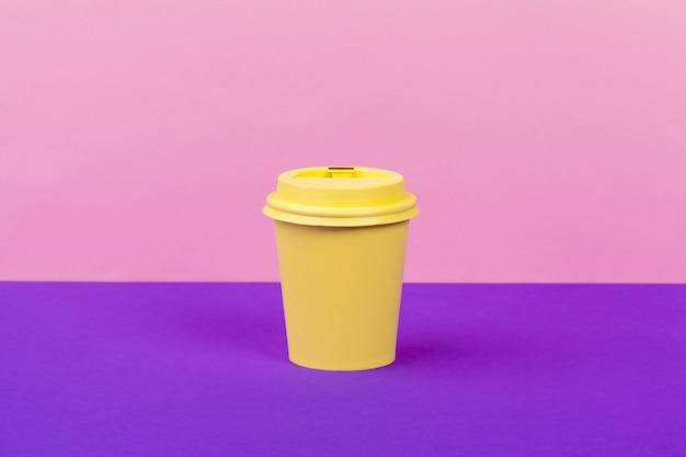 明るい色のテイクアウトコーヒー