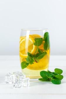 レモネード。新鮮なレモンを飲みます。