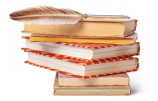 Куча книг, изолированные на белом